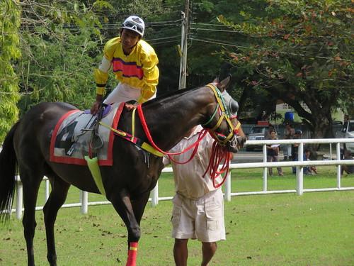 チェンマイ競馬場のパドックで騎乗する騎手
