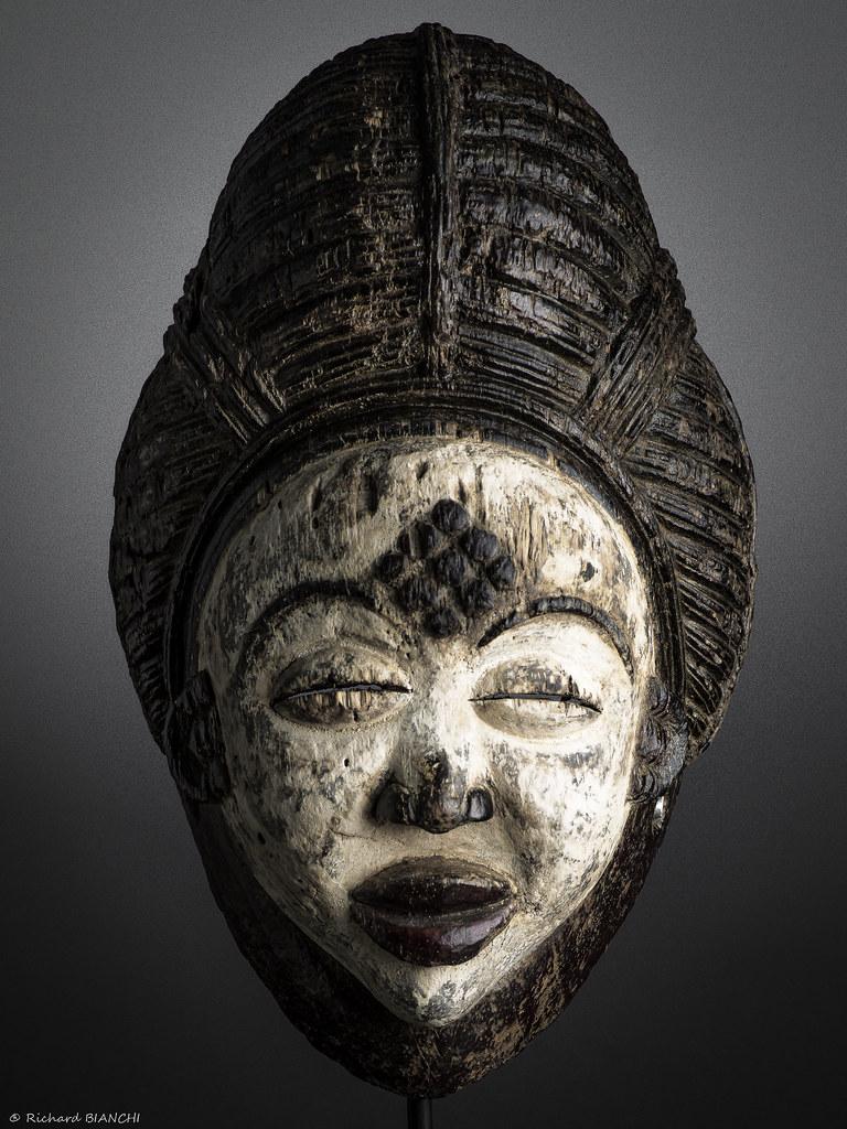 Masque Okuyi-Punu-Gabon. Circa 1950; h=35cm x l=23cm x p=23cm-