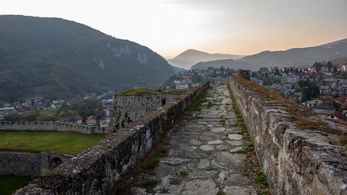 bosnienundherzegowina bosnien canon 2018 travel jajce federacijabosneihercegovine ba castle ruin ruine burg sunset light wall view town