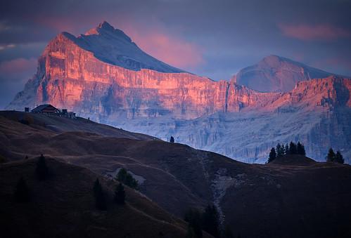 heiligkreuzkofel sassodisantacroce sunset dolomites italy escarpment billhigham