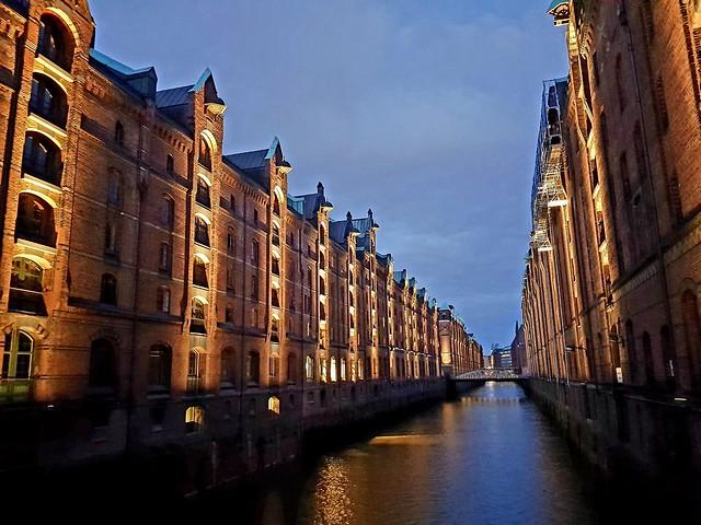 Speicherstadt Hamburg während der blauen Stunde