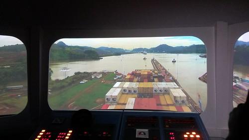 Auf der Brücke eines Containerschiffes bei der Durchfahrt durch den Panamakanal