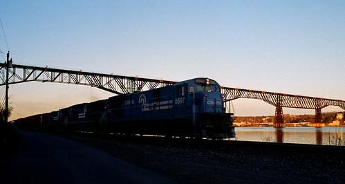conrail train railfan railroad sunset poughkeepsiebridge ge c307a secs riverline