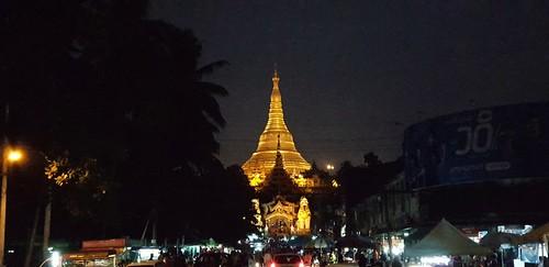 Die Shwedagon Pagode in Yangon, Myanmar bei Nacht