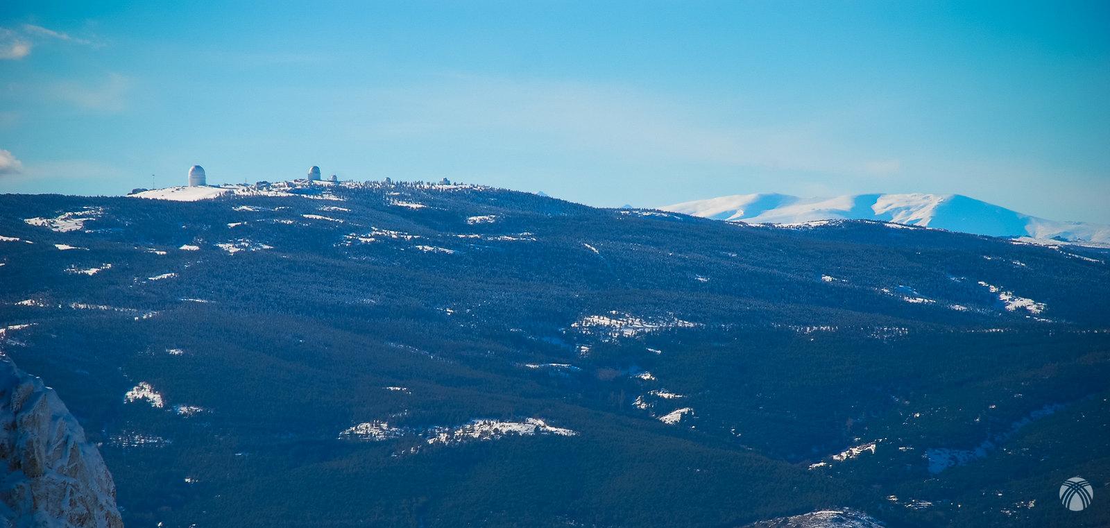 Calar Alto en primer plano y al fondo los tres miles orientales de Sierra Nevada