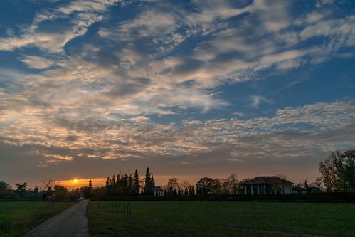 sonnenuntergang iffezheim ort gelände dorf gebäude kirche kapelle friedhof bäume baum park himmel sonne wolken strahlen