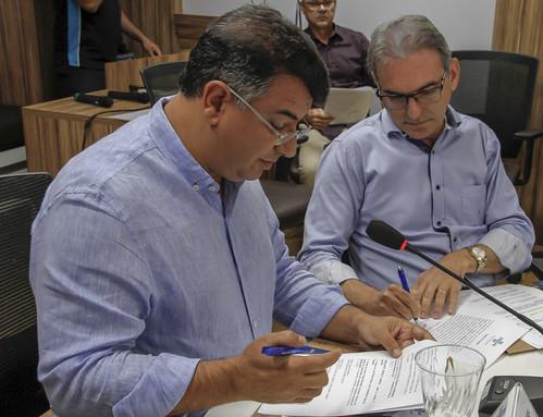 Marcelo Queiroz assina o termo de posse ao lado de José Vieira | by Fecomércio RN