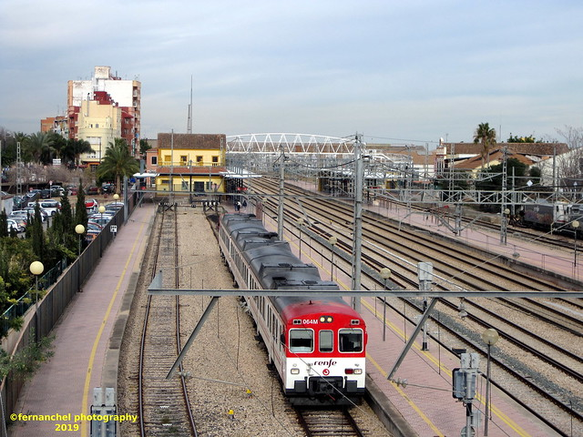 Tren de Cercanías de Renfe (Línea C-5) saliendo de la Estación de Sagunto (Valencia)