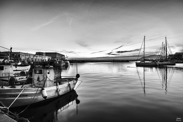 Puerto pesquero al atardecer bn