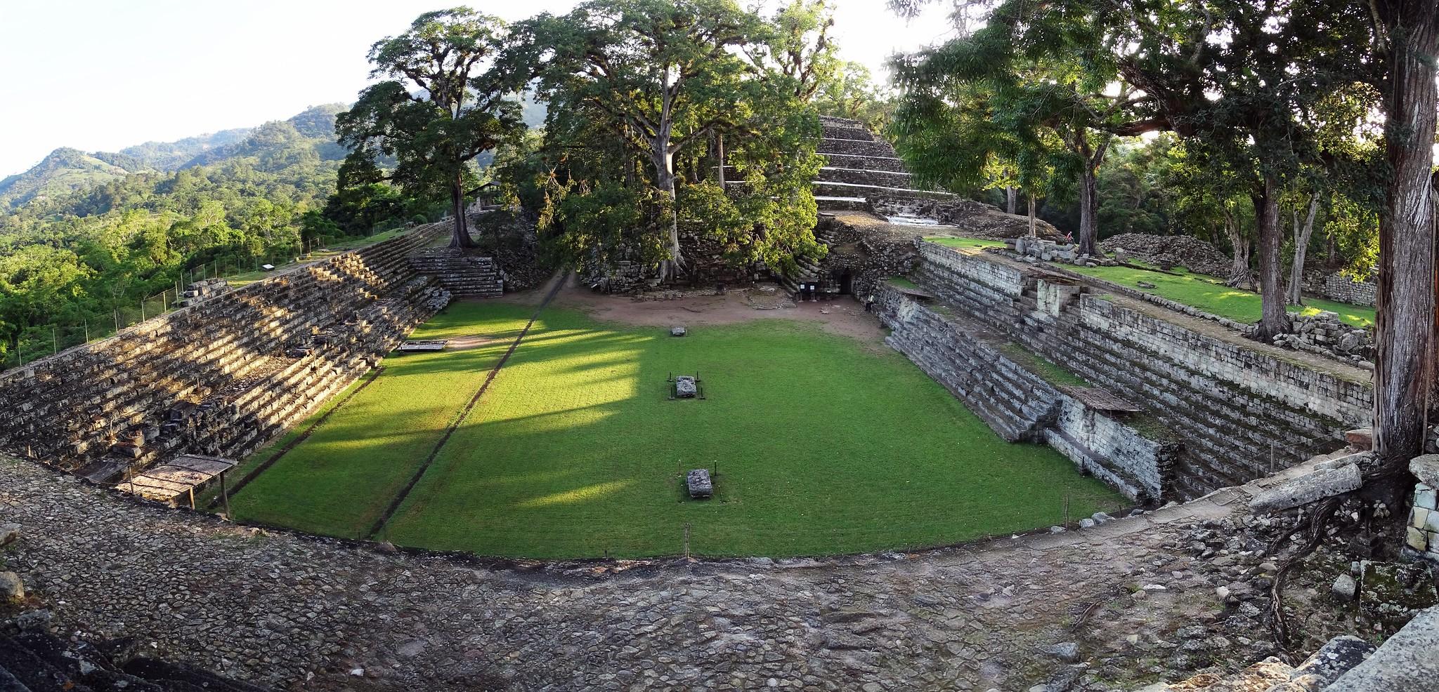 vista Plaza Oriental o Plaza de los Jaguares edificios sitio arqueologico Maya de Copan Honduras