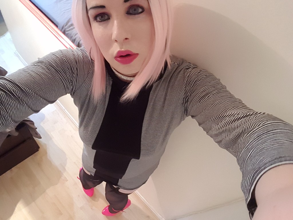 Trying out pink hair for the first time, then going on cam to see what the internet thinks of it :)