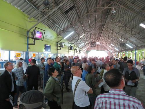 チェンマイ競馬場のオッズを眺める人々