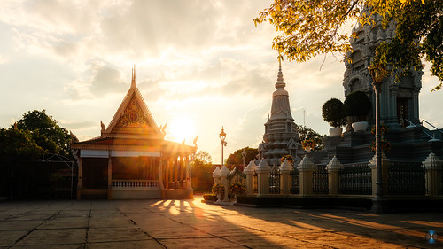 phnompenh cambodge kh sony sigma sonyalpha7 sonyalphaunivers sonyalpha a7rm3 a7r3 ilce7rm3 palais royal de phnom penh palaisroyal sunset light architecture sky cloud clouds bealpha gold orange cambodia nik2o khmer travel happyplanet asiafavorites
