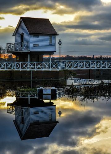 riveravon tewkesbury sunset reflection bridge walkway orange sky water cloud photoshop topaz november 2018 angry