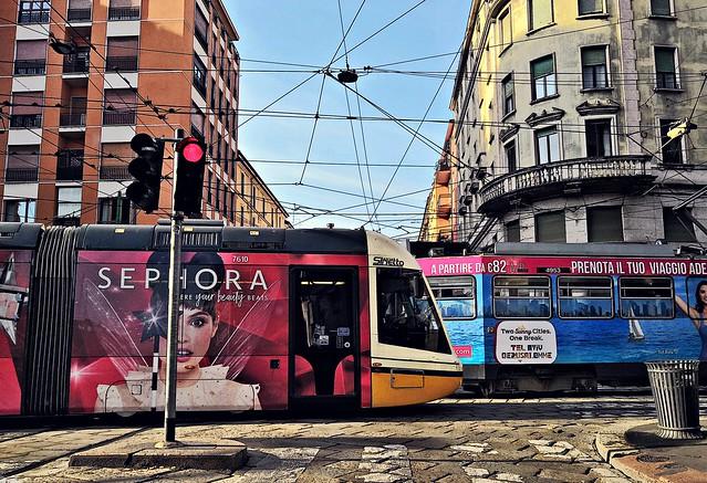 Milano: Incrocio tram con trama reticolare di fili