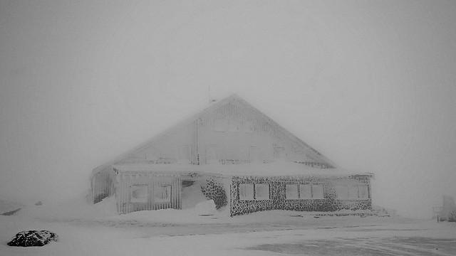 Quand l'hôtel au sommet du Hohneck devient fantôme en hiver - ( Alt : 1367m ) - When the hotel at the top of Hohneck becomes ghost in winter