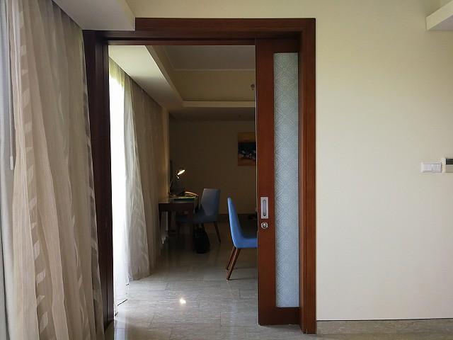 <p>寝室からリビングへは大きなガラスの扉です</p>