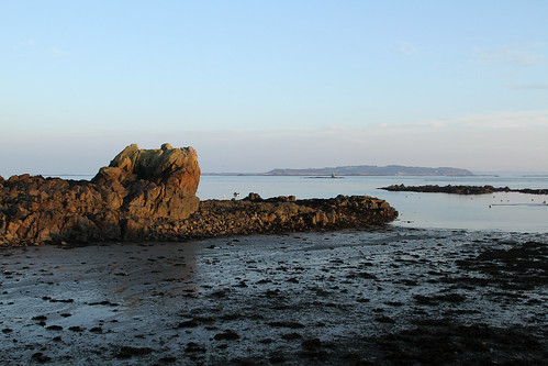 guernsey herm bordeaux sark channelislands greatbritain lowtide bordeauxharbour harbour harbor bay tide rock rocks sand seaweed englishchannel