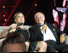 20170729_8 Robbie Williams & his dad on the sofa. Also pictured: Security guy's head. & Robbie's kilt. | Tele2 Arena in Stockholm, Sweden