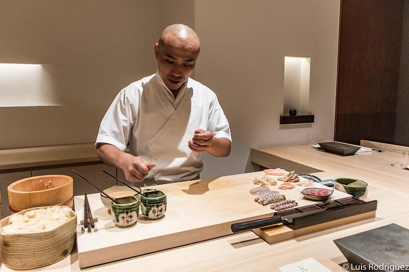 Preparando el sushi en Hakkoku