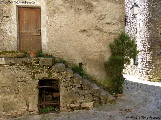 Dans les rues de la Couvertoirade - Aveyron - Occitanie