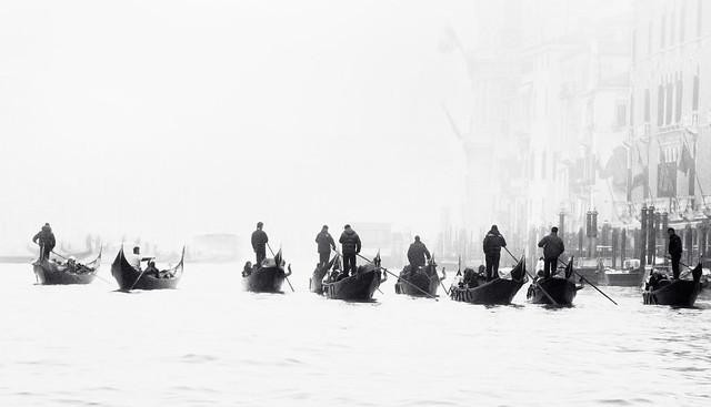 Gondoliers dans la brume.