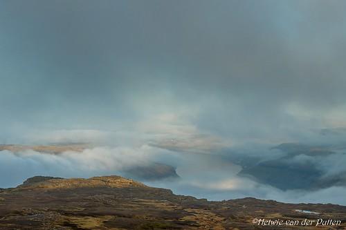 landschap mist atlantischeoceaan baggrundsbelysning eglisfjall backlight mountains clouds tegenlicht landscape zonlicht zonsondergang sea sunset water uitzicht atlanticocean faröer view wolken silhouet