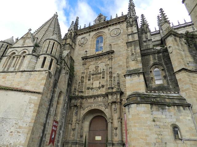 Torre del Melon exterior Catedral Vieja o Santa Maria y portada escultor Diego de Siloé Catedral Nueva de Plasencia Caceres 01