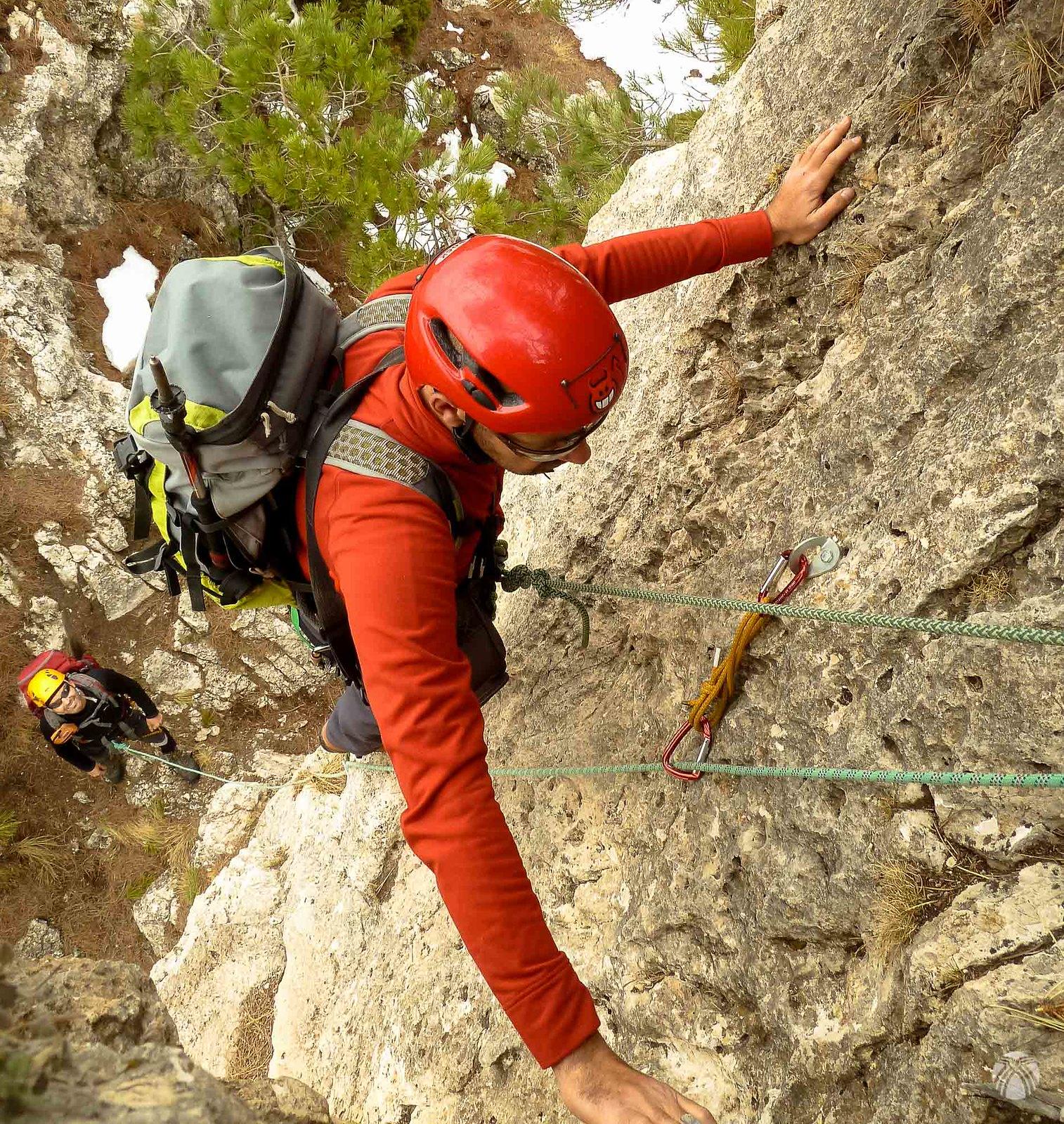 Primer largo de cuerda. Un IV clásico protegido con parabolts donde la reunión se monta en un pino