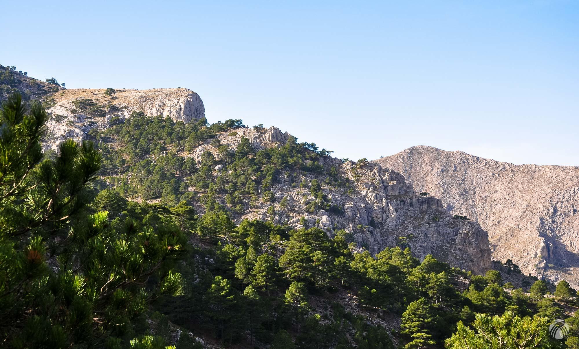 Cara norte de las Cabras y al fondo a la derecha el Cagasebo