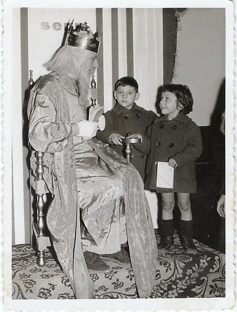 Mi hermana y yo, con la carta de regalos a Melchor (Los Reyes Magos), aproximadamente 1960