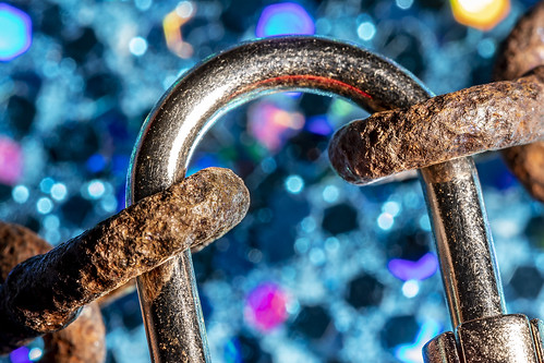 canoneos5dmarkiv ef100mmf28macrousm macro fullframe dslr canon macrolens lock chain links rust rustychain sidelight videolight led specularhighlight bokeh texture reflections multicolor colorful colors scratches macromondays intendedcontact longexposure rimlighting shackle luggagelock glitterpaperbackground glitter shadows hmm happymacromonday connect join protect antitheft creative desktop tabletop tripod ballhead 5d4 5dmkiv manualfocus liveview photography primelens closeup leadinglines 11 lifesize diagonals pits depthoffield dof shallowdepthoffield 8diaphragmblades octagon octagons roundeddiaphragmblades