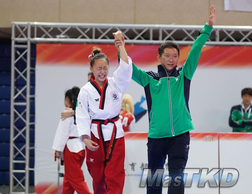 Cecilia Lee junto a su padre, tras ganar el oro mundial de Poomsae Freestyle en Taipéi 2018. Foto: WT/MasTKD.com