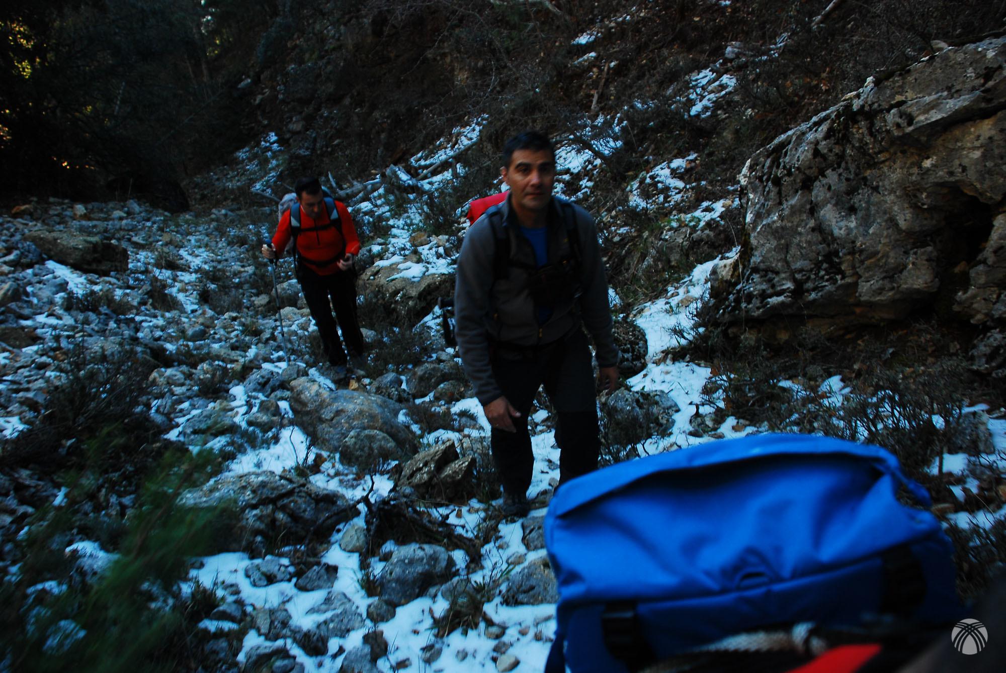 El camino se complica con mucha piedra y nieve polvo
