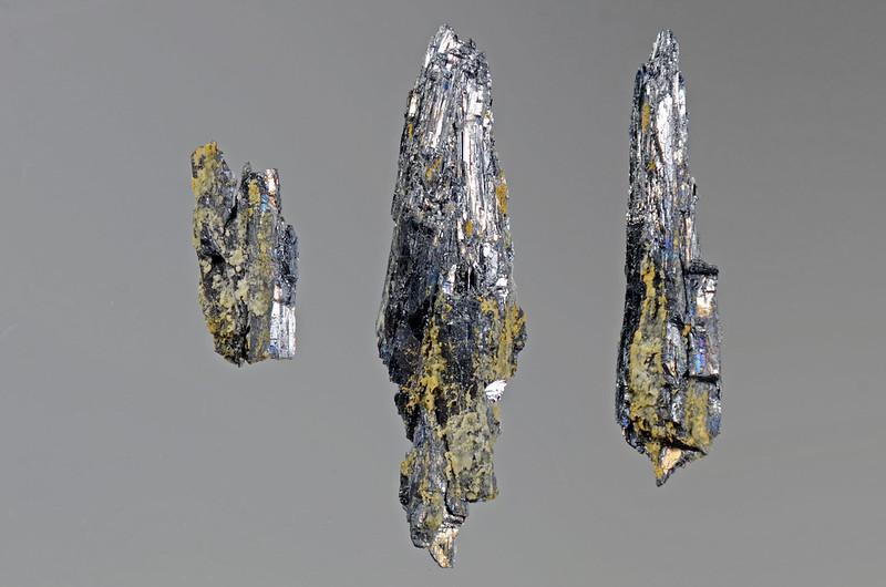 輝蒼鉛鉱 / Bismuthinite(いわゆる幌別鉱)