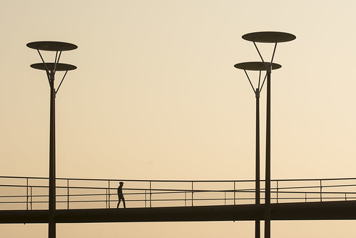 map186249v streetlamp streetlight straatlantaarn zoetermeer brug bridge fietsbrug silhouette people candid eveninglight avondlicht sunset
