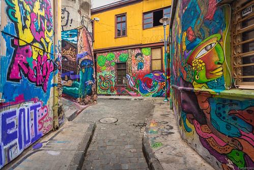 valparaiso chile unescoworldheritage unesco calle street arte art urban graffiti color colorful narrow line urbanview urbano america sudamerica southamerica iberoamerica latinamerica latinoamerica hispanoamerica vregion