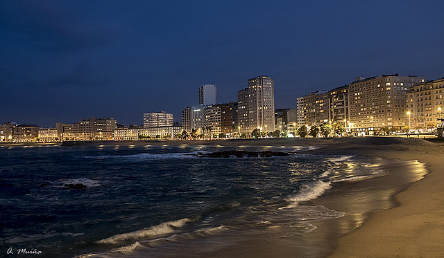 Night, city and beach. Noche, ciudad y playa