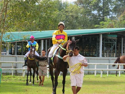 チェンマイ競馬場のパドック周回する騎手