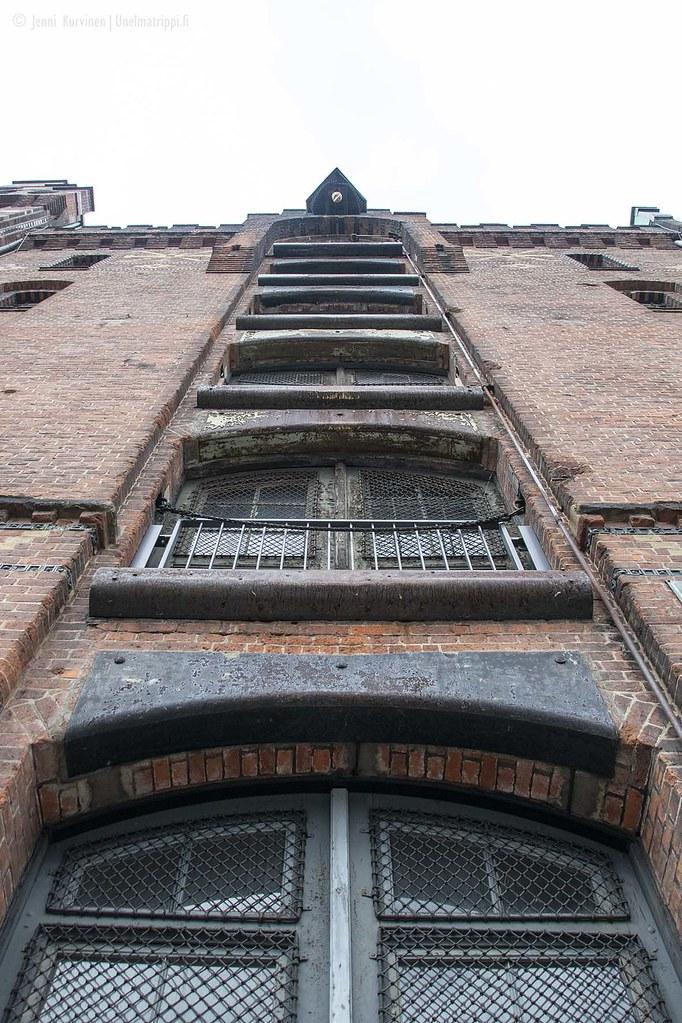 Punatiilinen rakennus Hampurin Speicherstadtissa