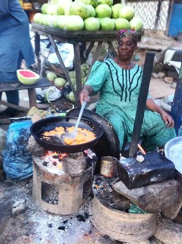 frying beancake iyaalakara ibadan streetfood akara