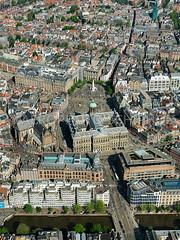 De Nieuwe kerk, het Koninklijk Paleis Amsterdam en de Dam met het Nationaal Monument op de Dam gezien vanaf Singel ter hoogte van de Raadhuisstraat, Amsterdam, Noord Holland, Nederland