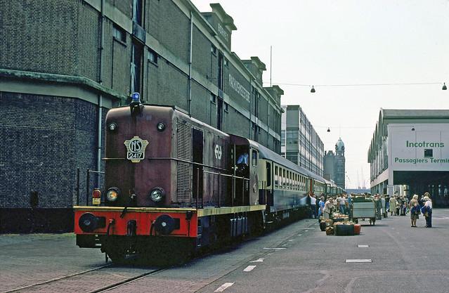 NS 2417 met reizigerstrein op de Wilhelminakade, 1978.
