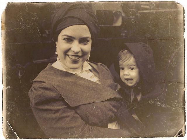 Mother celebrating the end of WWI. Madre celebrando el Armisticio. Recreación de la Primera Guerra Mundial (1914-1918). MADRID. NOVIEMBRE 2018.