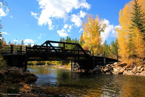 blueriver antlerroad summitcounty ushwy9 silverthorne colorado usa privatebridge bridge river autumncolour westernusatrip2018 2018 canond60 sigma1770 1770 fallcolour fallcolor footbridge