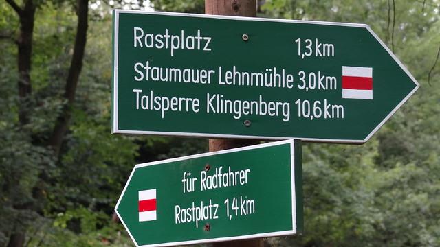 Die Sachsen wallfahren derzeit zur Talsperre Lehnmühle ins Osterzgebirge und wollen den Boden der Talsperre Lehnmühle beaugenscheinigen, wo das Wasser regulär 15 Meter tief ist, seit Tagen wegen äußerster Wasserarmut aber Niedrigwasser in der Talsperre Lehnmühle regiert 00178