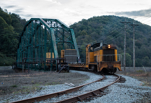 cbl conemaugh black lick train trains emd sw8 locomotive rails switcher bridge truss johnstown pa pennsylvania sunrise 111 shortline shortlines