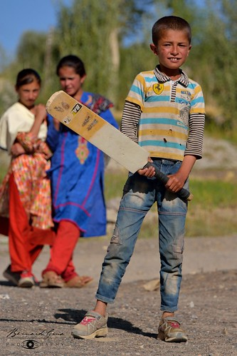 Zood Khun: Niaz playing cricket © Bernard Grua