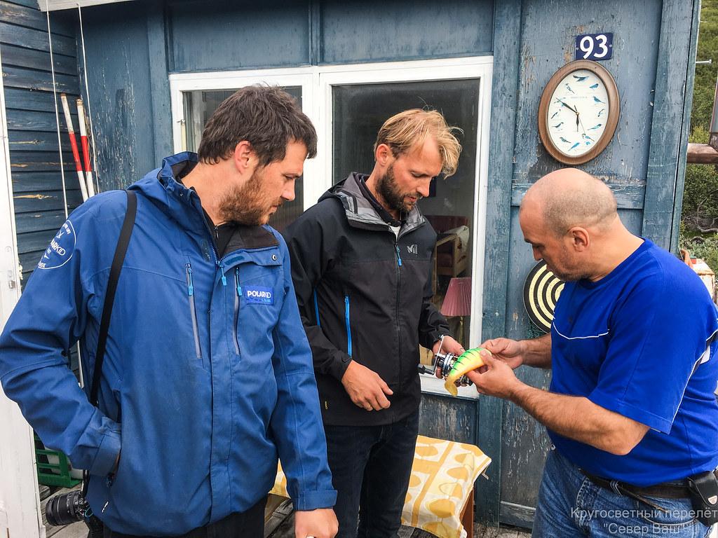 Дима восхищается снастями для рыбной ловли