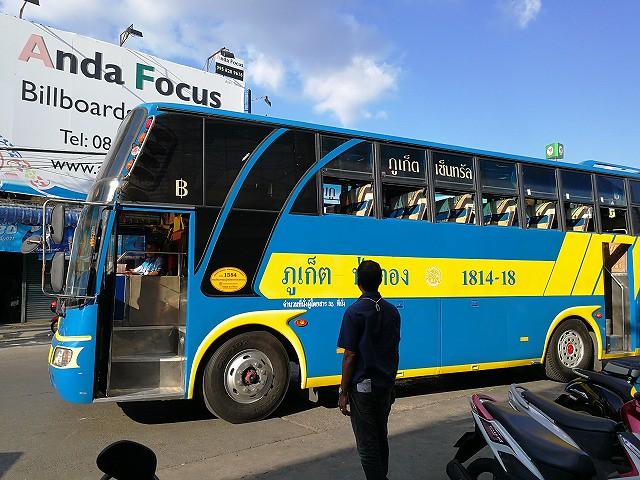 <p>プーケットタウンからサラシンへ向かうバス。</p>
